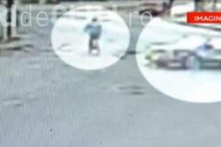 VIDEO - Un fotbalist din Turda a spulberat o femeie pe bicicletă - Totul a fost filmat de camerele de supraveghere