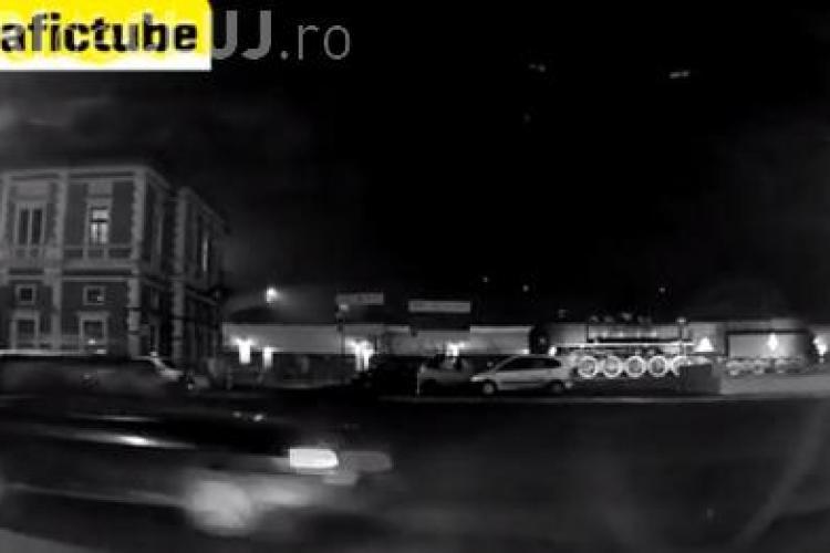 """Un șofer din Cluj intră cu """"sicriul"""" în intersecție vorbind la telefon - VIDEO"""