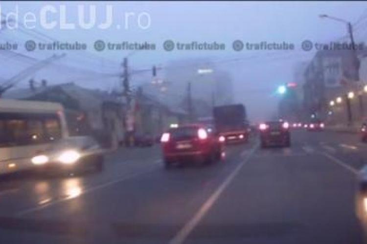 Șofer nesimțit la Cluj! I-a tăiat calea și apoi a trecut pe roșu - VIDEO