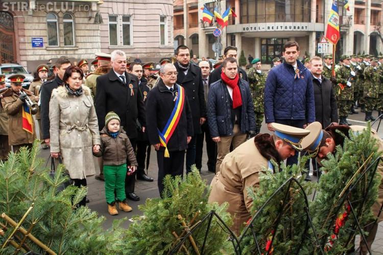 Emil Boc a jucat hora de Ziua Unirii Principatelor Române. I s-au alăturat prefectul și fostul ministru Aurelia Cristea FOTO