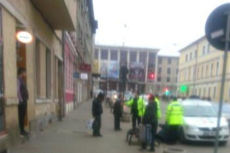 Scandal cu ţigani în faţa Primăriei Cluj-Napoca! Poliţia i-a luat cu binișorul - VIDEO