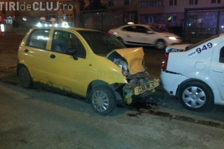 Accident în Mănăștur! Un șofer ar fi încercat să se sinucidă. A intrat cu Matizul în standul de taxi