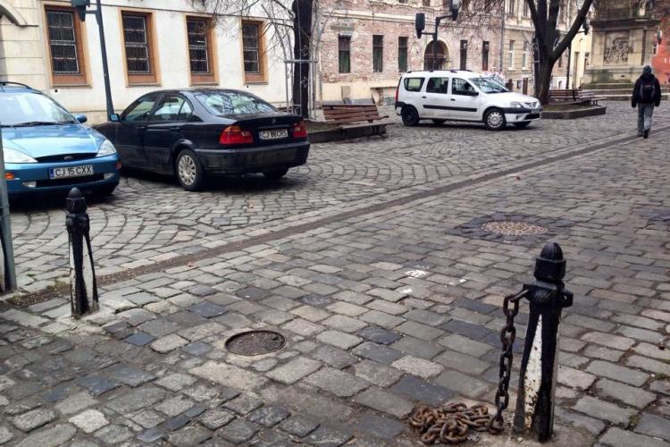 Piața Muzeului nu mai pietonală! Șoferii parchează, iar poliția locală nu îi amendează FOTO
