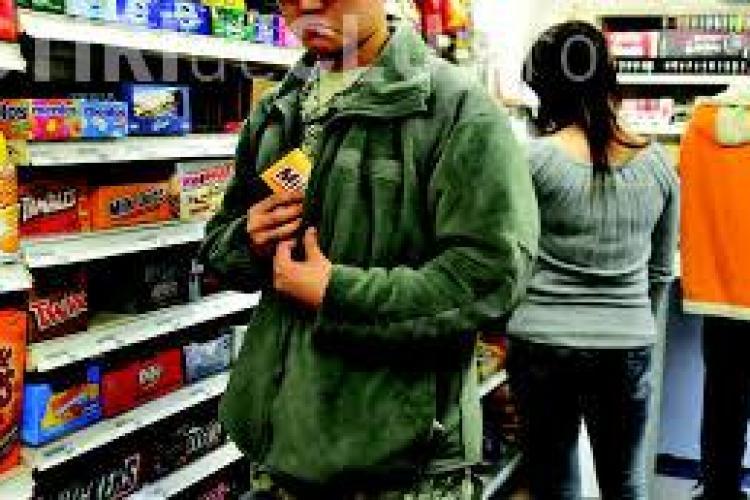 Minori prinși în flagrant de polițiști. Au furat ciocolată de 300 lei dintr-un magazin
