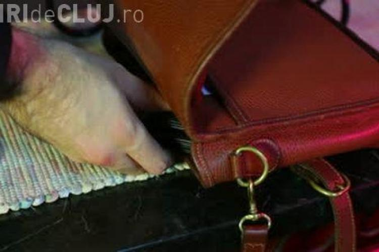 Adolescenți prinși la furat la Cluj. I-au furat geanta unei femei dintr-un local din centru