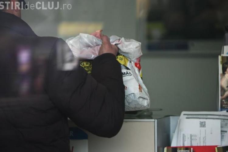 Un român și-a plătit rata la bancă cu o plasă de monede de 10 și 50 de bani