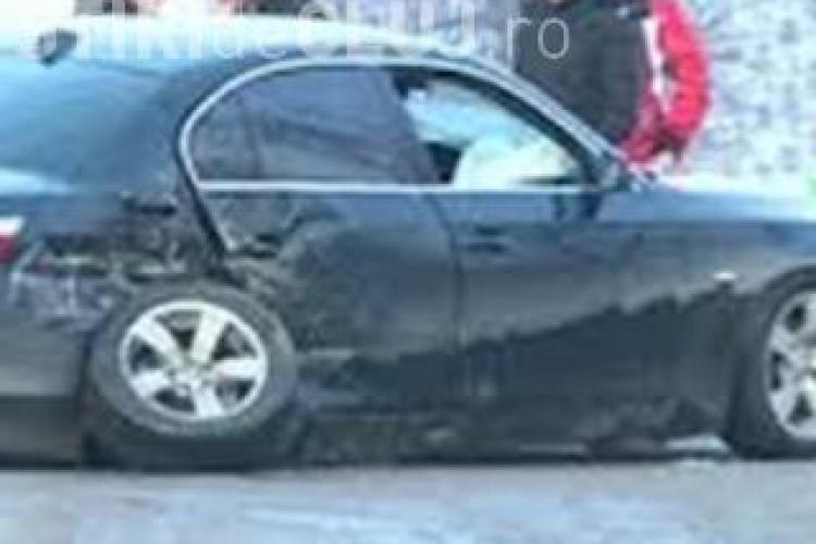 A rămas cu mașina suspendată într-o groapă pe strada Oașului. Cine îl despăgubește?