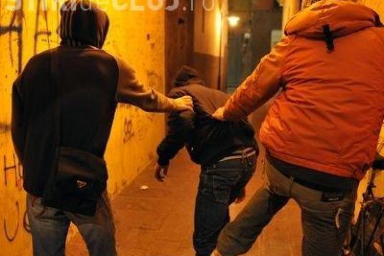 Bărbat tâlhărit la primă oră a dimineții la Cluj. Un tânăr l-a atacat în gangul unui imobil