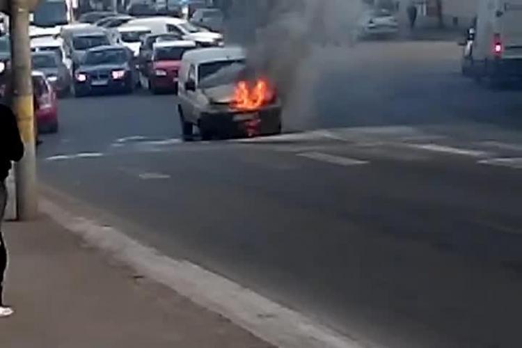 O mașină a luat foc în Piața Gării Cluj - VIDEO