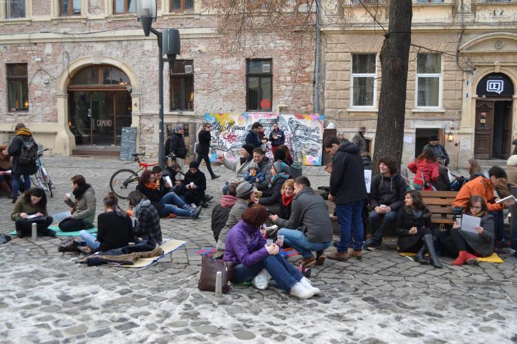 Tinerii maghiari au făcut picnic în Piața Muzeului: Vrem plăcuțe trilingve - VIDEO