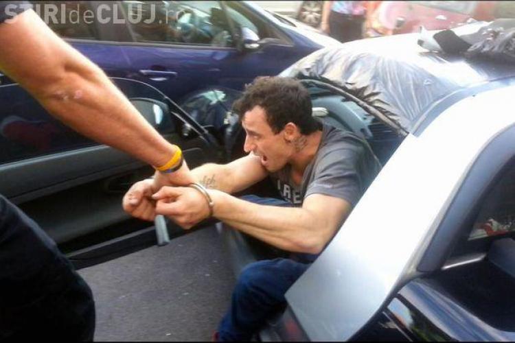 A spart o mașină în centrul Clujului, dar l-a prins proprietarul în interior și a închis ușile