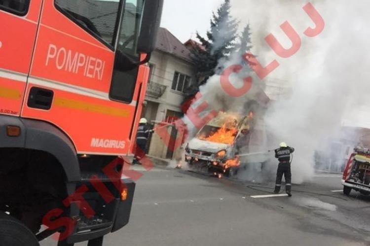 O mașină a luat foc la ieșire din Cluj-Napoca, în Baciu - Imagini INCENDIARE