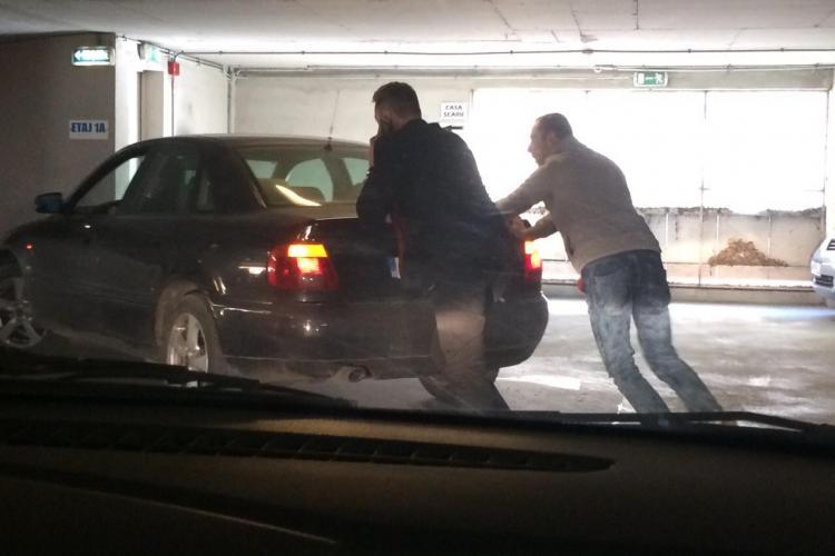 Ghinion în parkingul Primăriei Cluj-Napoca! I-a murit mașina. Ce a URMAT - FOTO