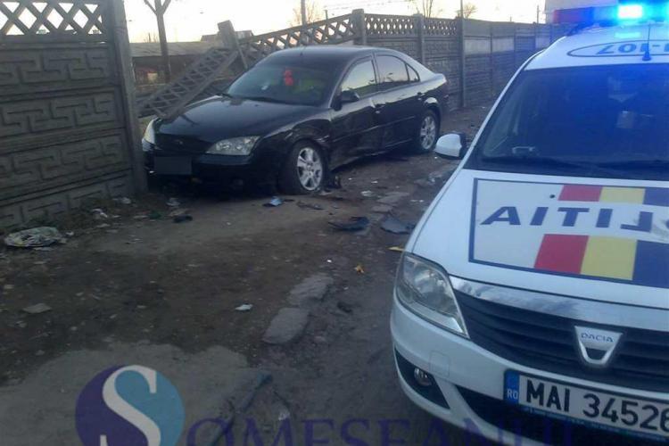 Accident în lanț la Dej. Un șofer a dărâmat un gard de beton FOTO