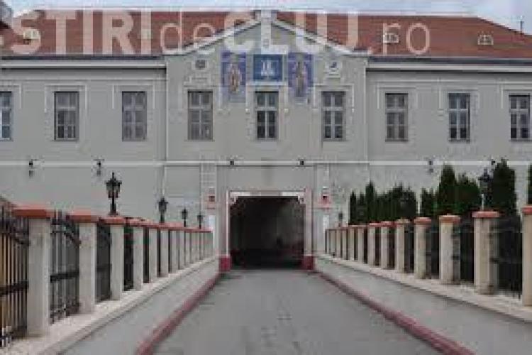 La Penitenciarul Gherla telefoanele sunt aruncate peste gard cu undița și arcul