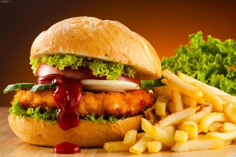 Fast-food-urile, destinațiile preferate ale românilor pentru a lua masa în oraș. Ce mănâncă cel mai des
