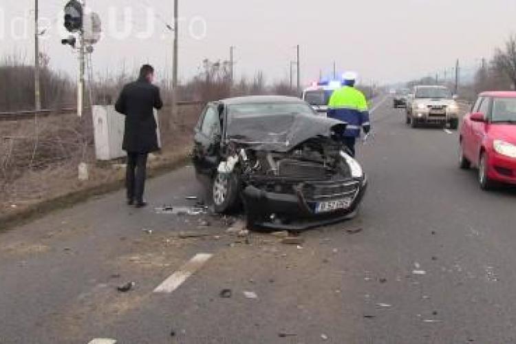 """Accident la """"foc rapid"""" la intrare în Dej. Un șofer a intrat cu mașina sub un TIR VIDEO"""