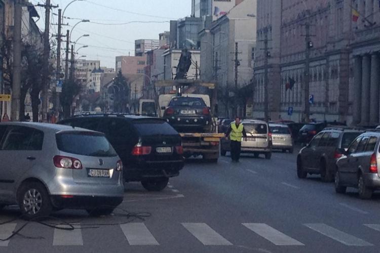 """""""Hingherii"""" de la ridicări auto au rupt cablurile în centrul Clujului și au sters-o cu NESIMȚIRE - VIDEO"""