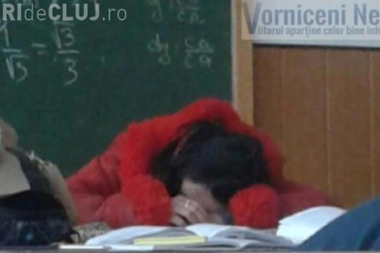 Profesoara de matematică a adormit cu capul pe catedră - FOTO