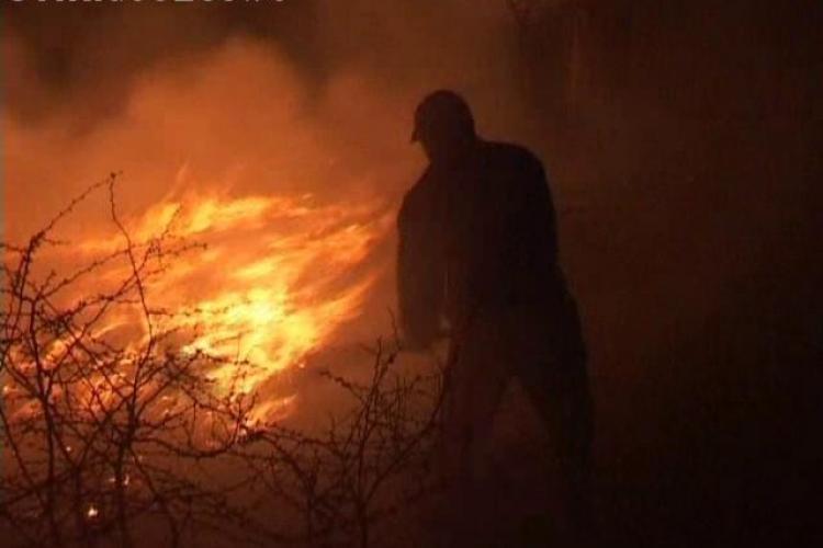 Incendii de vegetație la Cluj. Pompierii au trebuit să meargă câțiva kilometri pe jos pentru a stinge flăcările