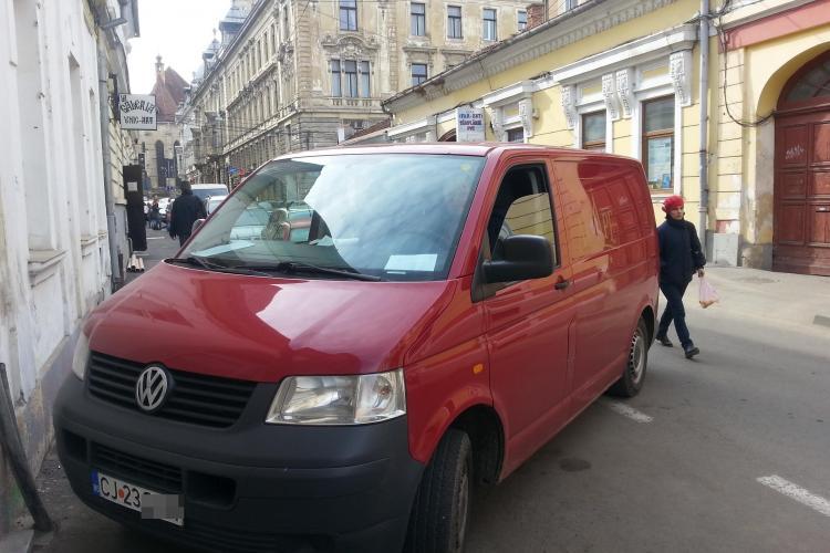 Doamne FEREȘTE! Cum a parcat șoferul unui restaurant din Cluj - FOTO