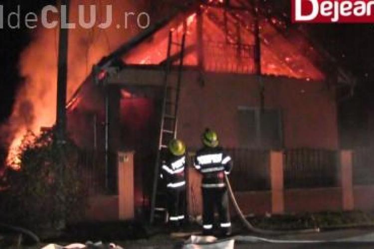 O clujeancă a rămas în stradă după ce casa i-a fost mistuită de flăcări. Aproape a fost strivită de grinzi VIDEO