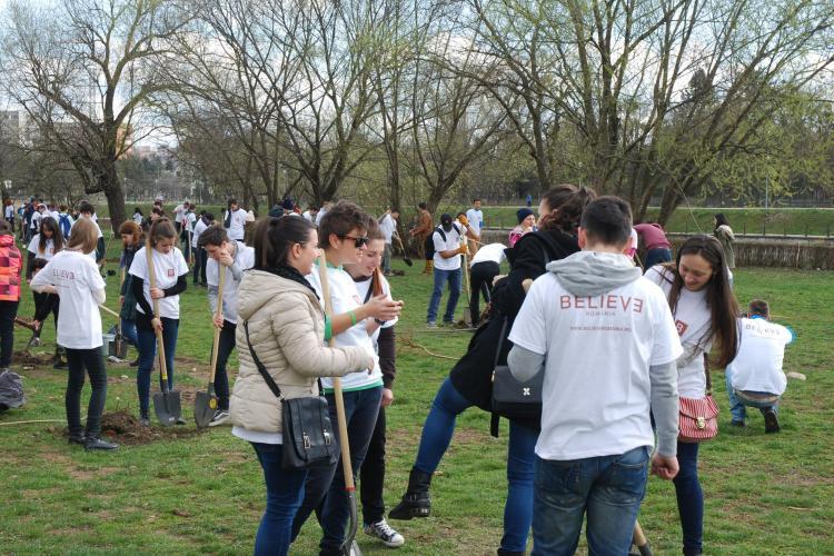 Peste 200 de copaci plantați în weekend la Cluj de tinerii creștini. Se vor planta 10.000 în tot anul