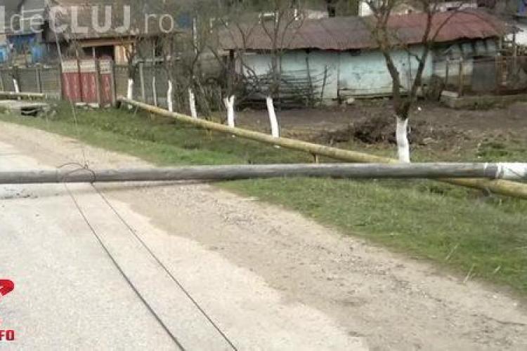 Vântul a făcut ravagii la Cluj. Mai mulți stâlpi de telecomunicații au fost dărâmați într-o localitate VIDEO