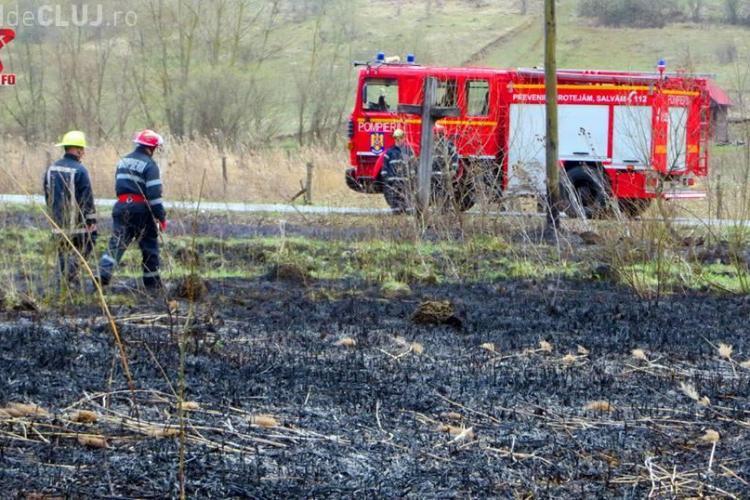 Incendiu de vegetație la Fizeșu Gherlii. Pompierii au ajuns înainte să apuce să se extindă la pădure