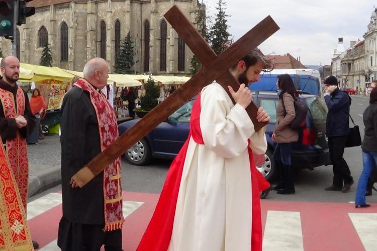 Drumul Crucii, refăcut la Cluj-Napoca! Peste 100 de credincioși au ieșit în Piața Uniri FOTO VIDEO