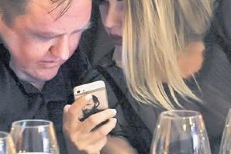 Frumoasa Roxana Nemeș și-a personalizat telefonul cu poza lui Arsenie Boca - FOTO