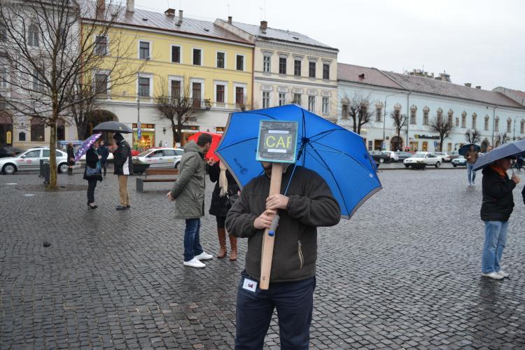 Protestatarul cu tabletă a ieșit în stradă la Cluj: Ponta și ai lui de cred proști - VIDEO