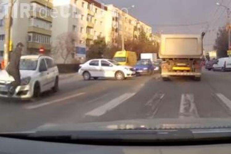 Clujean lovit de un taximetrist în Gheorgheni! S-a urcat cu mașina peste om pe trecerea de pietoni VIDEO