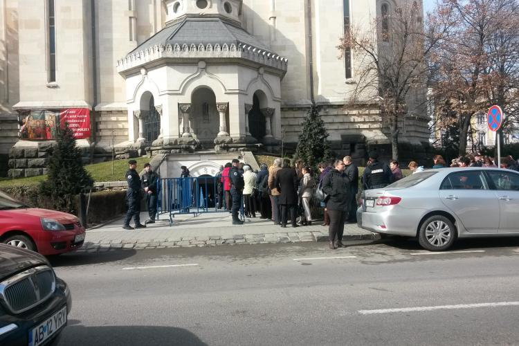 Îmbulzeală la Catedrala din Cluj-Napoca. Credincioșii au venit la moaște. Azi e sărbătorit și ÎPS Andrei