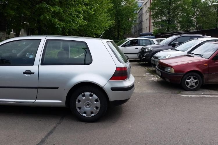 A blocat o parcare întreagă în Gheorgheni și a plecat. Ce a URMAT - FOTO