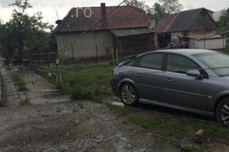 Tineri teribiliști au rupt un stâlp de electricitate cu mașina la Cluj. Au blocat traficul FOTO