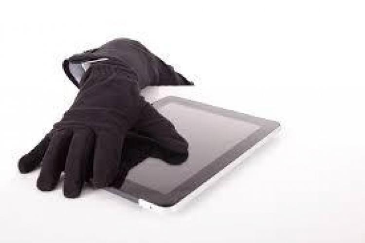"""Hoț prins de polițiști la Cluj. A intrat într-o facultate și s-a """"servit"""" cu o tabletă și un portofel"""