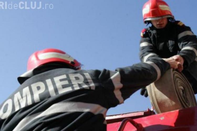 Un garaj din Baciu a luat foc, cu tot cu mașini în el. Localnicii s-au mobilizat rapid și au început să stingă flăcările
