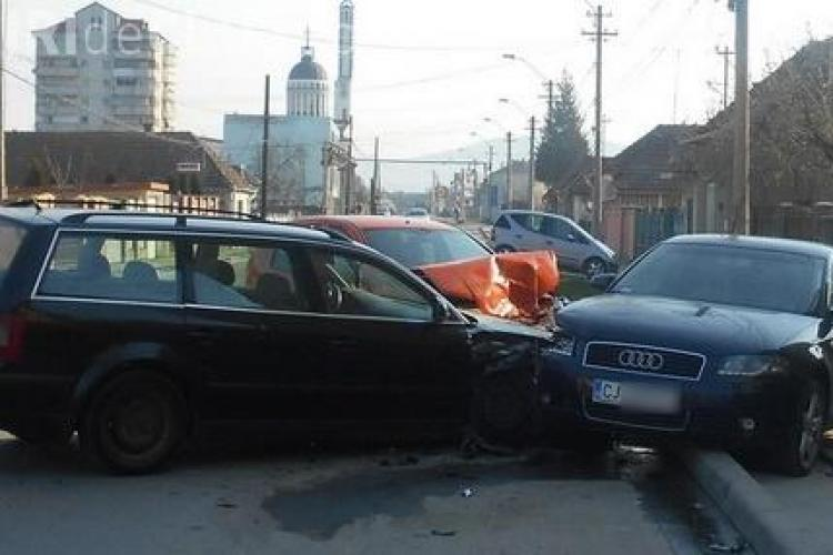 Trei mașini s-au ciocnit la Gherla pe o stradă slab circulată, dimineața la 8.30 - VIDEO