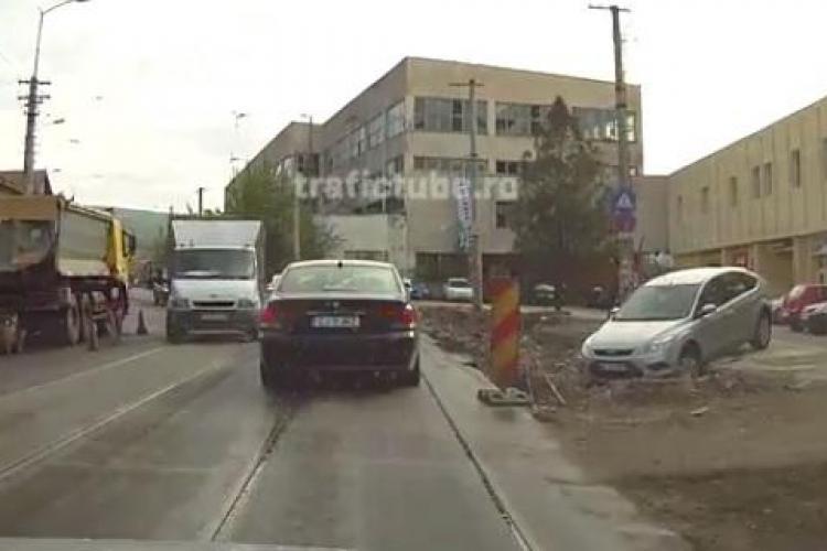Șanțurile de lângă linia de tramvai, capcane pentru șoferi - VIDEO