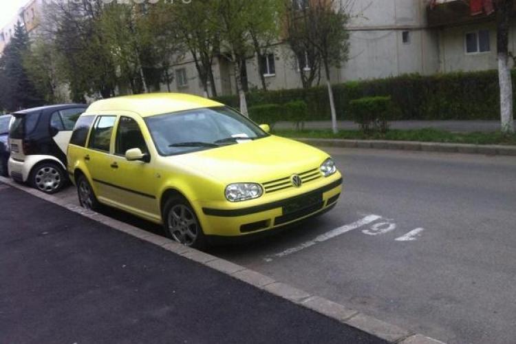 Un clujean își găsește în fiecare zi locul de parcare ocupat, iar Poliția Locală nu face nimic FOTO/ UPDATE Ce spune proprietarul mașinii
