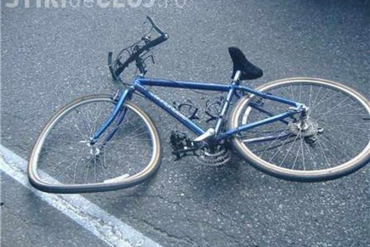 Biciclist clujean rănit grav într-un accident. A intrat din plin într-un autoturism