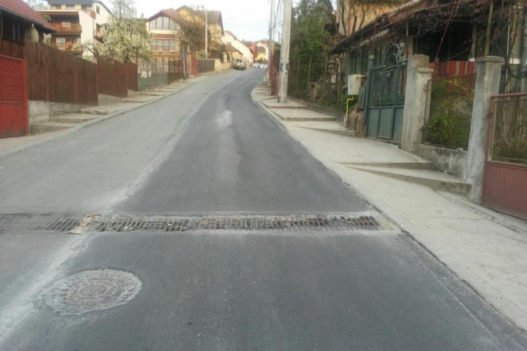 Pe o stradă din Cluj-Napoca s-au asfaltat și scurgerile de apă pluvială - FOTO