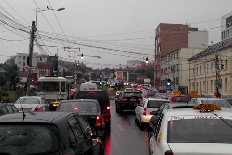 Traficul infernal din Cluj dă peste cap orarul autobuzelor și troleibuzelor. Ce spun cei de la CTP