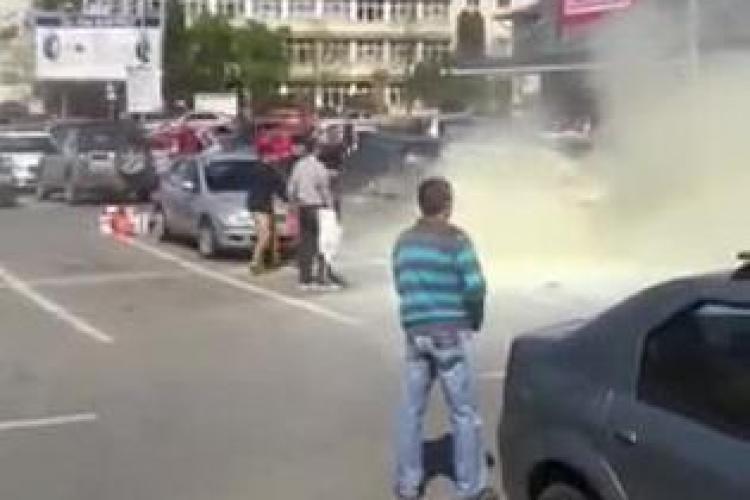 O mașină a luat foc în parcare la Kaufland în Mărăști. Angajații supermarketului au sărit în ajutor VIDEO