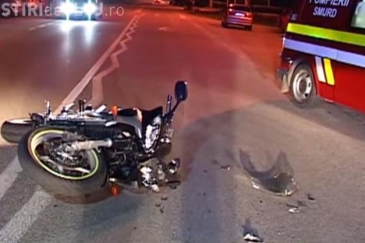 Accident de motocicletă pe strada Clujului: Doi tineri au zburat prin aer în urma unui incident - VIDEO