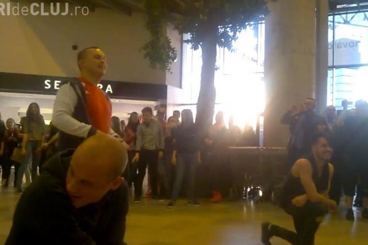 SUPER cerere în căsătorie la Cluj! Flash mob de VIS la Iulius Mall - VIDEO