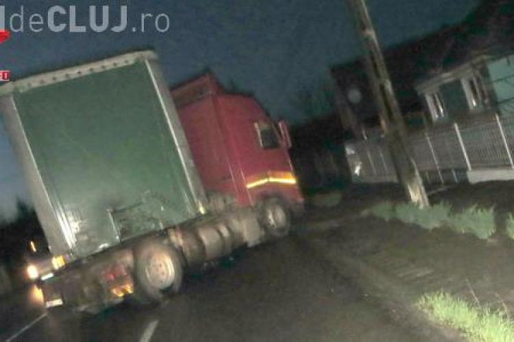Un șofer a pierdut controlul TIR-ului pe care îl conducea, la Iclod! Aproape a intrat cu el într-o casă VIDEO