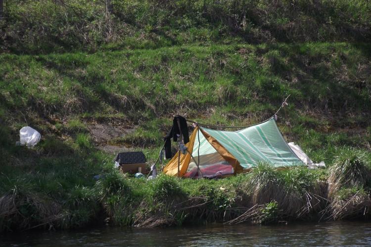 Romii nomazi au venit în vacanță la Cluj! Corturile sunt pe malul Șomeșului - FOTO