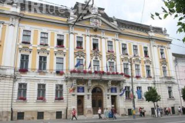 Un polițist local din Cluj-Napoca este în funcție cu o condamnare la activ și un proces de trafic de influență pe rol